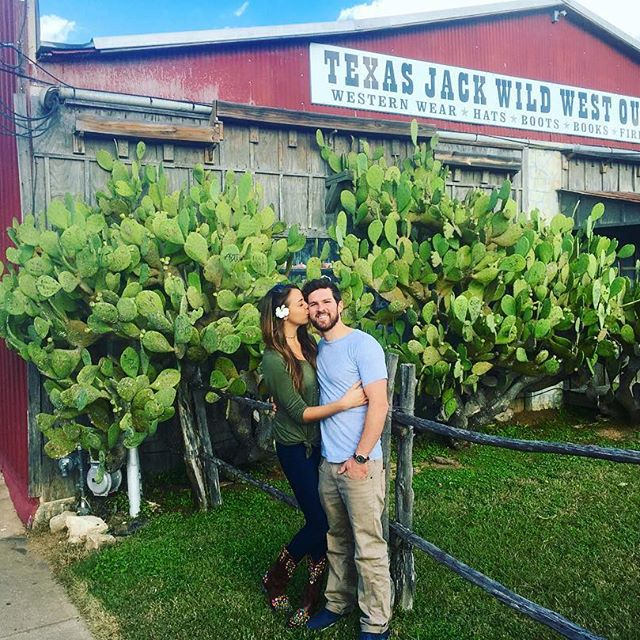 Everything is bigger in Texas. (Especially the L O V E ) Thanks to the entire Texas fam for such a perfect trip 🙏🏼🌵💋. #Texas #love #kisses #Cati #cactus #relationshipgoals #coupleswhotravel #green #barn #smile #spreadlove #lovebig #yogateacher #muscian